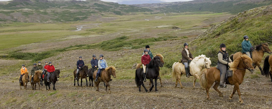 Rider Gyllene Cirkeln efter fina ridvägar förbi berget Galtafell
